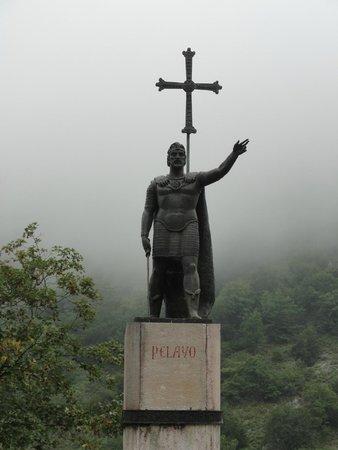 Basílica de Santa María la Real de Covadonga: Estatua del rey Pelayo
