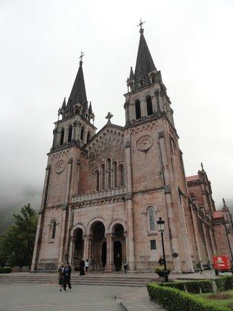 Basílica de Santa María la Real de Covadonga: Frente de la Basílica de Santa Maria la Real de Covadonga