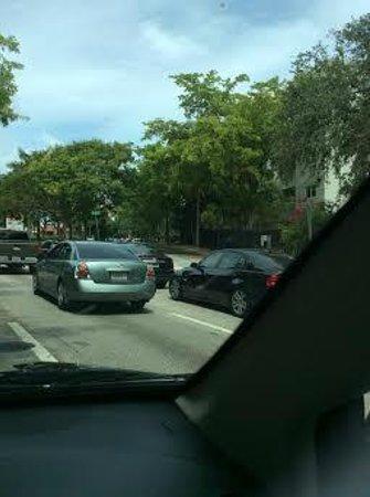 Hampton By Hilton Miami-Coconut Grove/Coral Gables : rua a direita, chegando ao Hampton