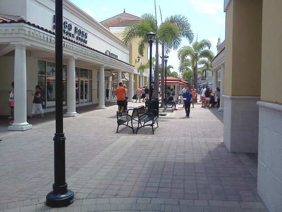 Orlando International Premium Outlets: mas pasillo