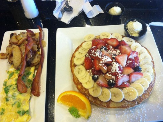 Keke's Breakfast Cafe: Florida pancake with eggs and bacon