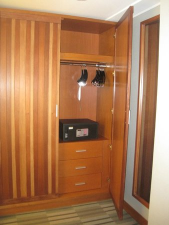 Four Points By Sheraton Miraflores: Large closet with safe