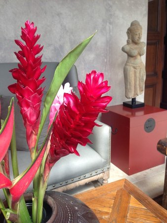 The San Rafael Hotel: Fresh flowers in the courtyard