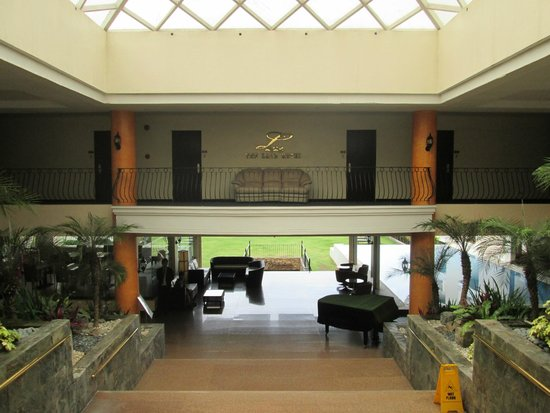 The Lake Hotel Tagaytay: the way from the parking to the main lobby