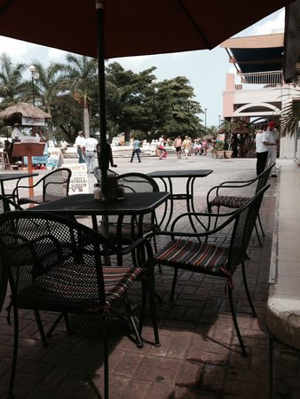 Woodys Bar and Grill: The View of the Town Square from the Patio