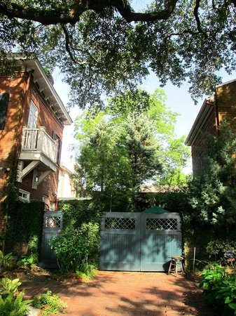 Armstrong Inns Bed and Breakfast: Carriage House Garden