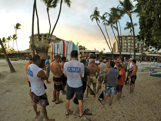 Courtyard by Marriott King Kamehameha's Kona Beach Hotel: Meeting of local outrigger team