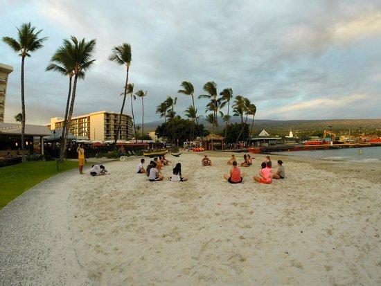 Courtyard by Marriott King Kamehameha's Kona Beach Hotel: Beach and Group Yoga
