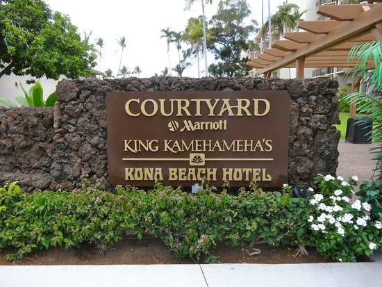 Courtyard by Marriott King Kamehameha's Kona Beach Hotel: Front sign