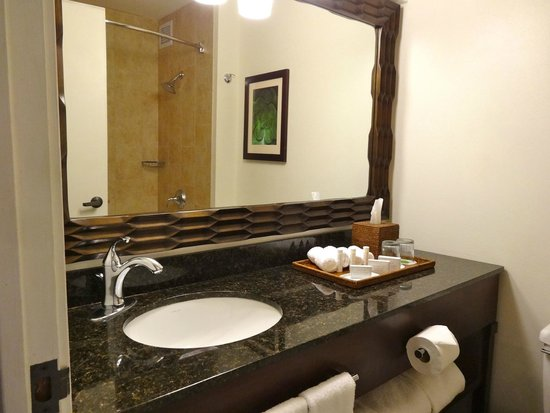 Courtyard by Marriott King Kamehameha's Kona Beach Hotel: Bathroom