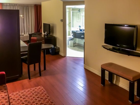 Holiday Inn Express Hotel & Suites Montreal Airport: Rest of Suite from Sitting Room