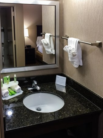 Holiday Inn Express Atlanta-Kennesaw: Sink Area Across from Bathroom