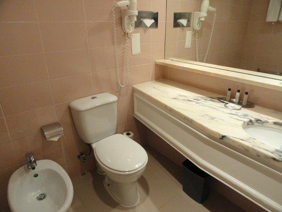 Lisbon Marriott Hotel: Baño de la habitación del Marriot de LIsboa