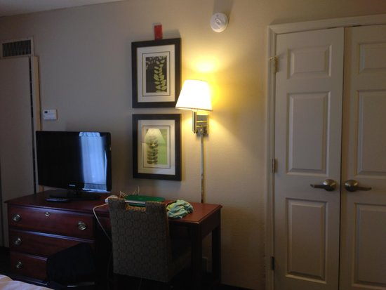 Homewood Suites by Hilton Nashville Brentwood : Bedroom tv and separating doors