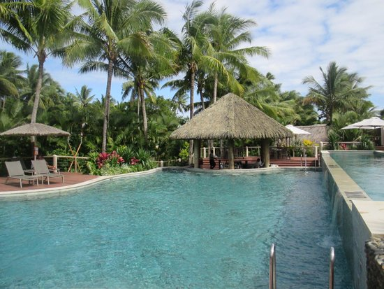 Outrigger Fiji Beach Resort: adults only pool and swim up bar