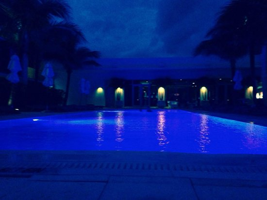 Costa d'Este Beach Resort & Spa : Pool at night.