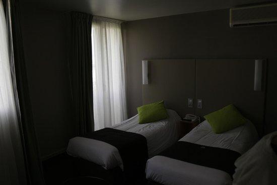 Campanile Paris 14 - Maine Montparnasse: 部屋の風景ですが窓が多くて実際はもっと明るい