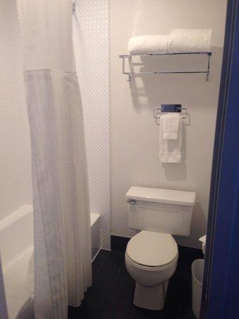 Hotel Diva: Bad im Zimmer 310. Waschbecken ist seperat im Zimmer.