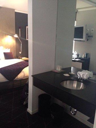 Hotel Diva: Waschbecken befindet sich nicht im Bad, sondern im Zimmer!