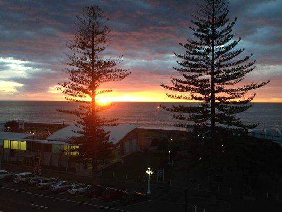 Scenic Hotel Te Pania: Sunrise from the room