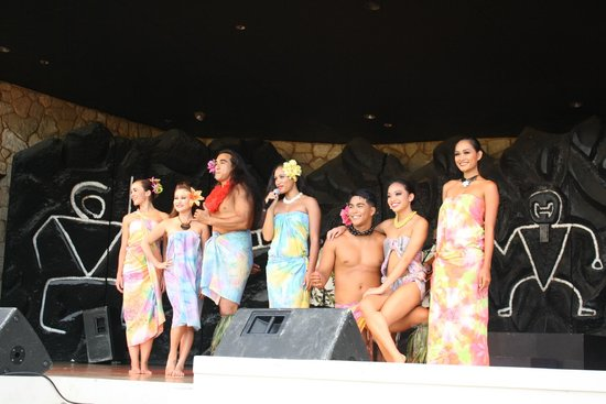 Hilton Waikoloa Village: The dancers at the luau - how to wear a lava lava