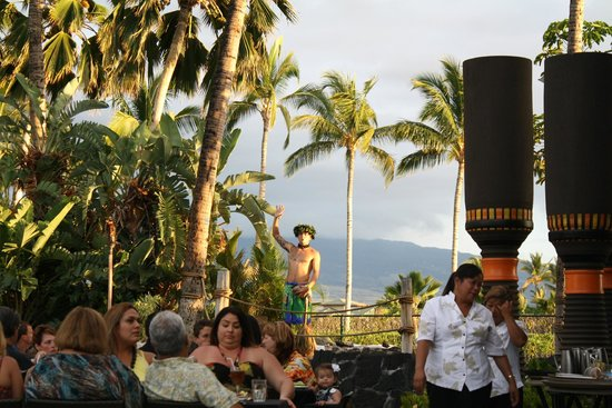 Hilton Waikoloa Village: One of the presentations at the luau - how to open a coconut