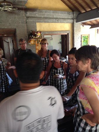 Bumbu Bali Cooking School: It's great to enjoy time together with people from all over the world