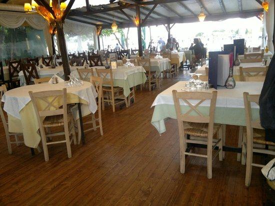 Taverna Savvas: Столики под навесом