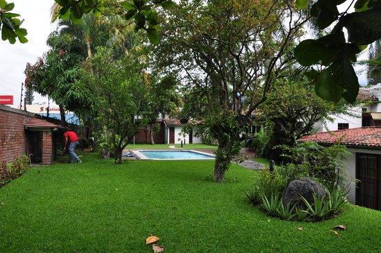 La Porta Plaza Hotel: Pool yard