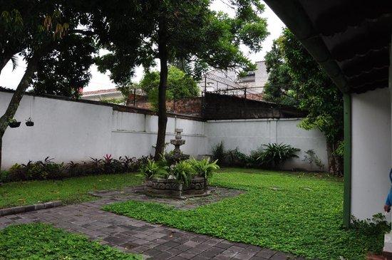 La Porta Plaza Hotel: Courtyard located towards back of property