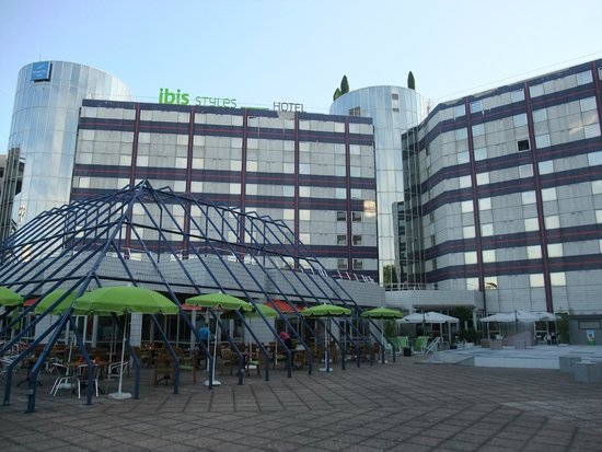Ibis Styles Paris Bercy: Rear of the hotel with outdoor seating
