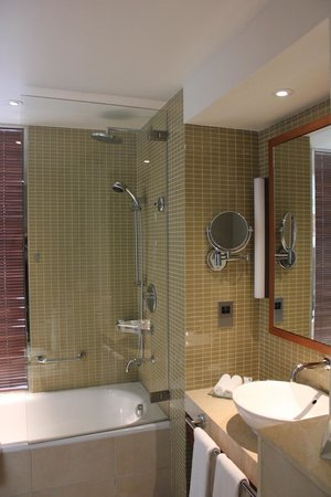 Yas Island Rotana: Spacious bathroom