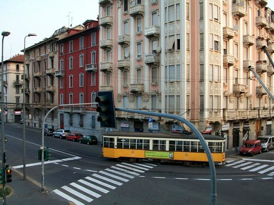 Hotel Florence: Early morning tram from my hotel window