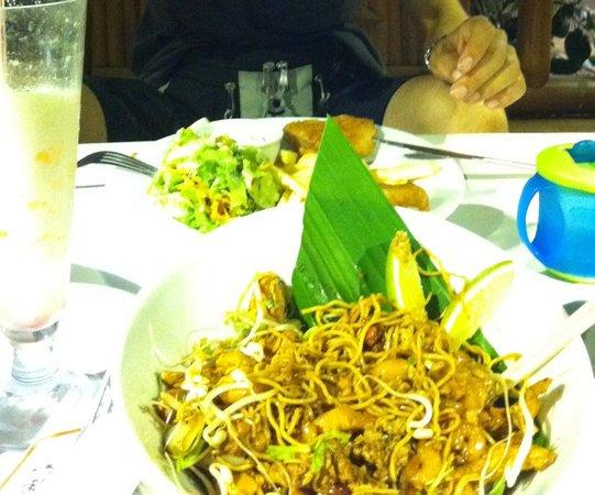 The Rarotongan Beach Resort & Spa: Thai noodle dish looks good but doesnt taste nice