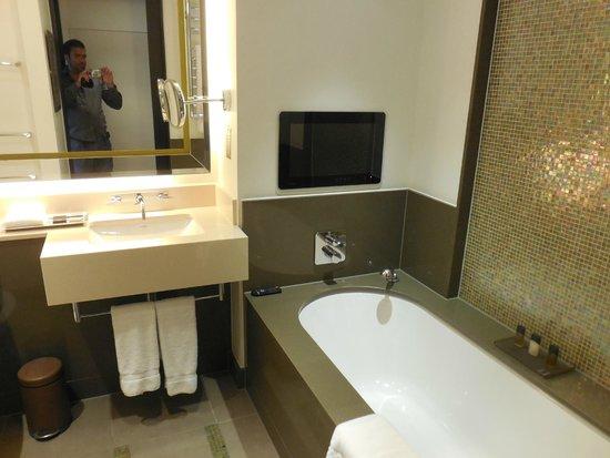 Crowne Plaza London - Battersea: On peut regrder la télé depuis sa baignoire