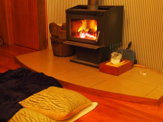 Whispering Valley Cottage Retreat: Night by the fireplace