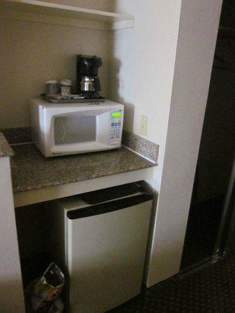 Holiday Inn Express Hermosa Beach: Microwave and fridge