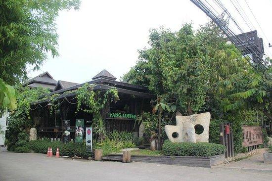 The Balcony Chiang Mai Village: ปากทางเข้าโรงแรม ผ่านหน้าร้านกาแฟฝางก่อน