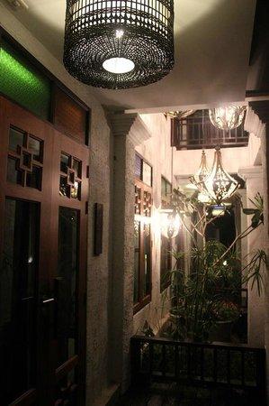 The Balcony Chiang Mai Village : บริเวณระเบียงหน้าห้อง Grand Deluxe ช่วงกลางคืน