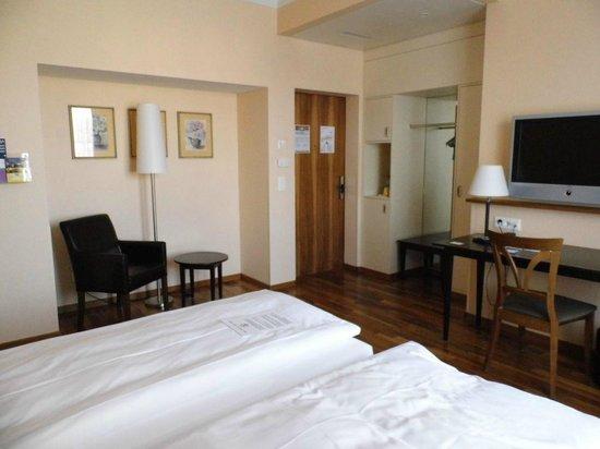 Hotel Schweizerhof Basel : Zimmer vom Bett aus mit Sitzecke