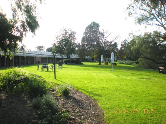 Cadell on the Murray: Lawns on the river side