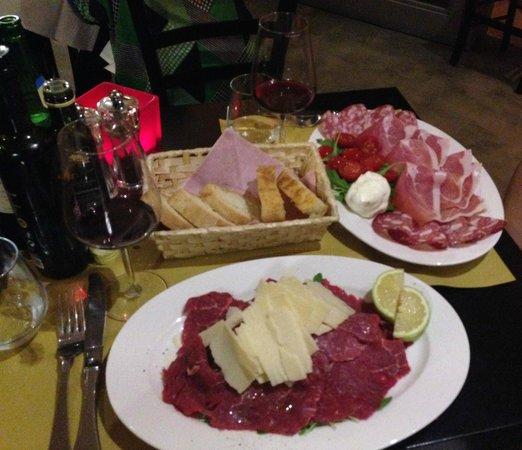 La Buchetta Food & Wine restaurant : La Chianina and Burrata in crosta di parmigiano e pomodorini