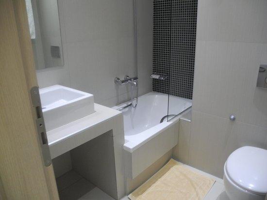 Phidias Hotel : Bathroom with mini bath!