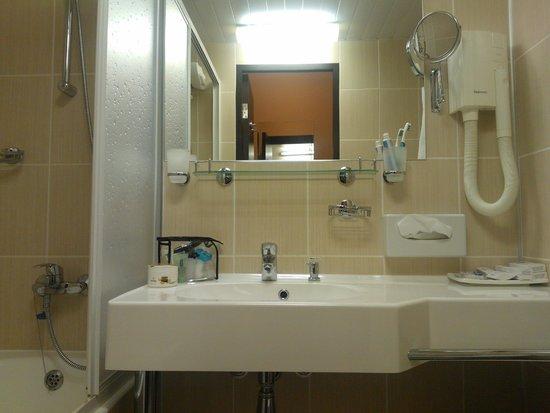 Vega Hotel & Convention Center: ванная