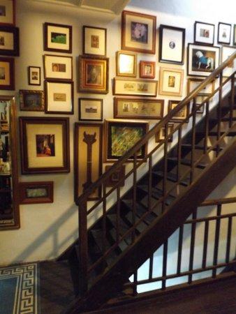 Traveller Homestay: Original hardwood stairs