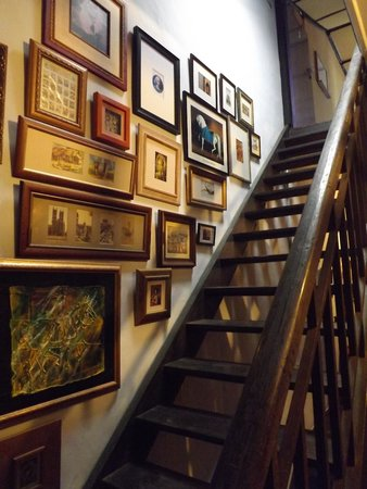 Traveller Homestay: Stairs to upper rooms