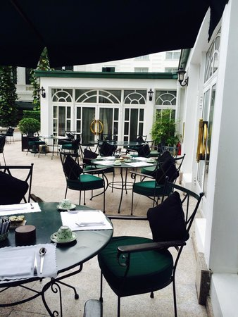Sofitel Legend Metropole Hanoi: Beautiful beranda outside breakfast area