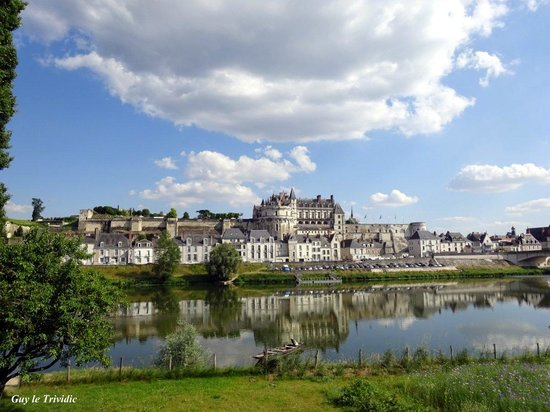 Amboise, Prancis: Le château d'Ambois vu de l'île d'or.