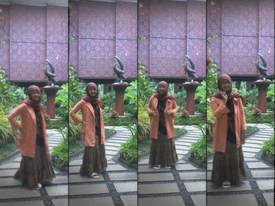Luta Resort Toraja: Berfose di taman