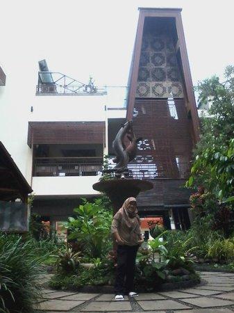 Luta Resort Toraja: Berfose di halaman tengah hotel
